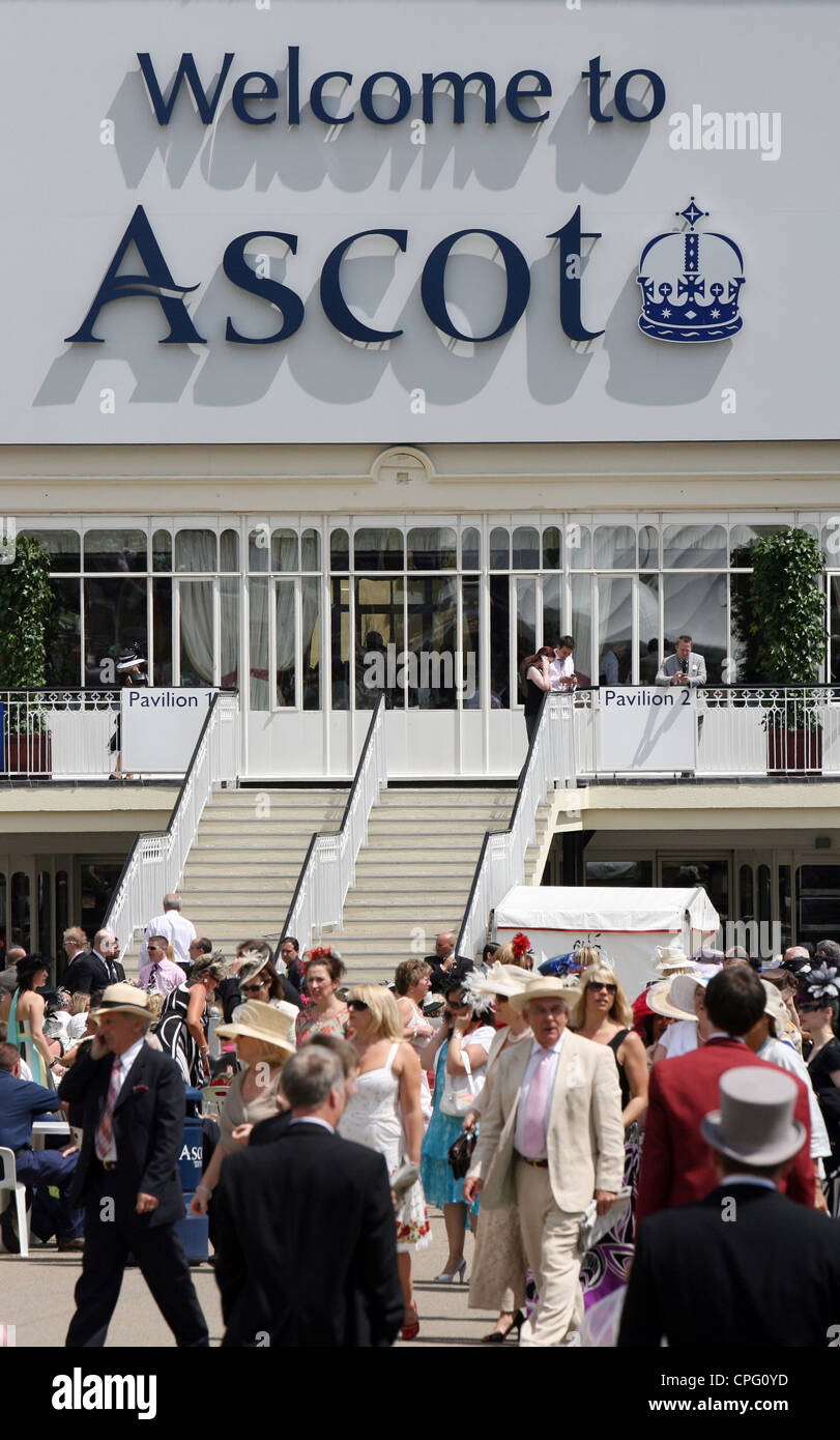 Elegantly dressed people at horse races, Ascot, UK - Stock Image