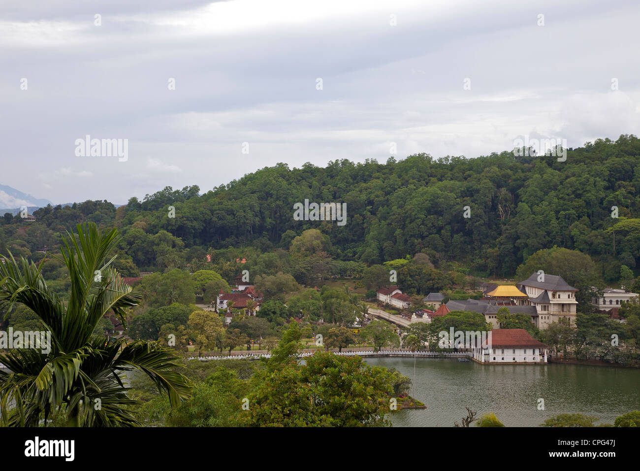 View of lake and Temple of the Tooth Relic or Sri Dalada Maligawa, Kandy, Sri Lanka, Asia - Stock Image