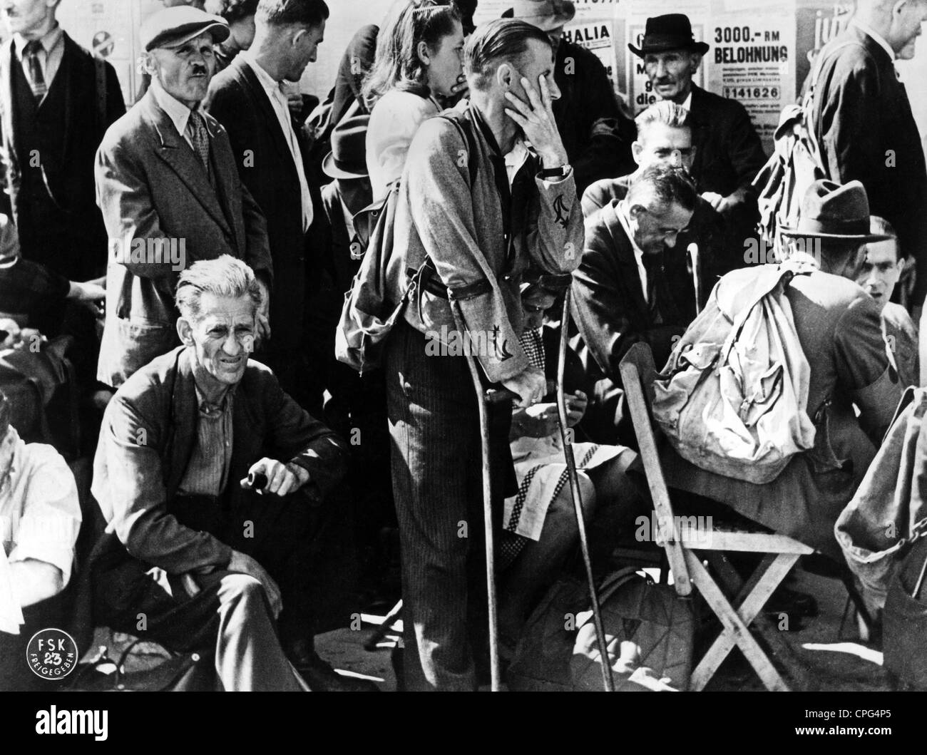 post war period, misery and hardship, Germany, food shortage, waiting line in front of a bakery, May 1945, Additional - Stock Image