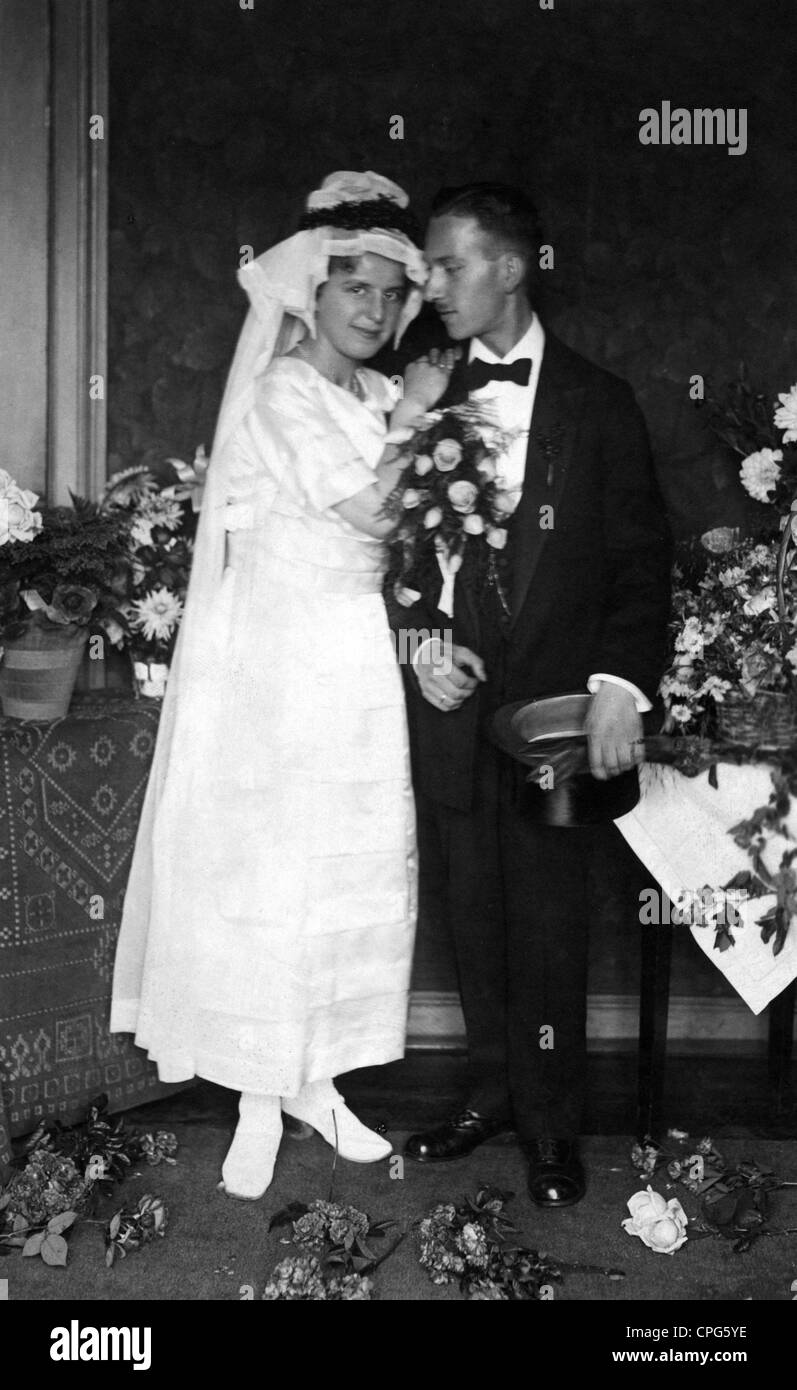 people, mariage, bridal couple, full length, picture postcard, Hamburg, circa 1920, Additional-Rights-Clearences - Stock Image