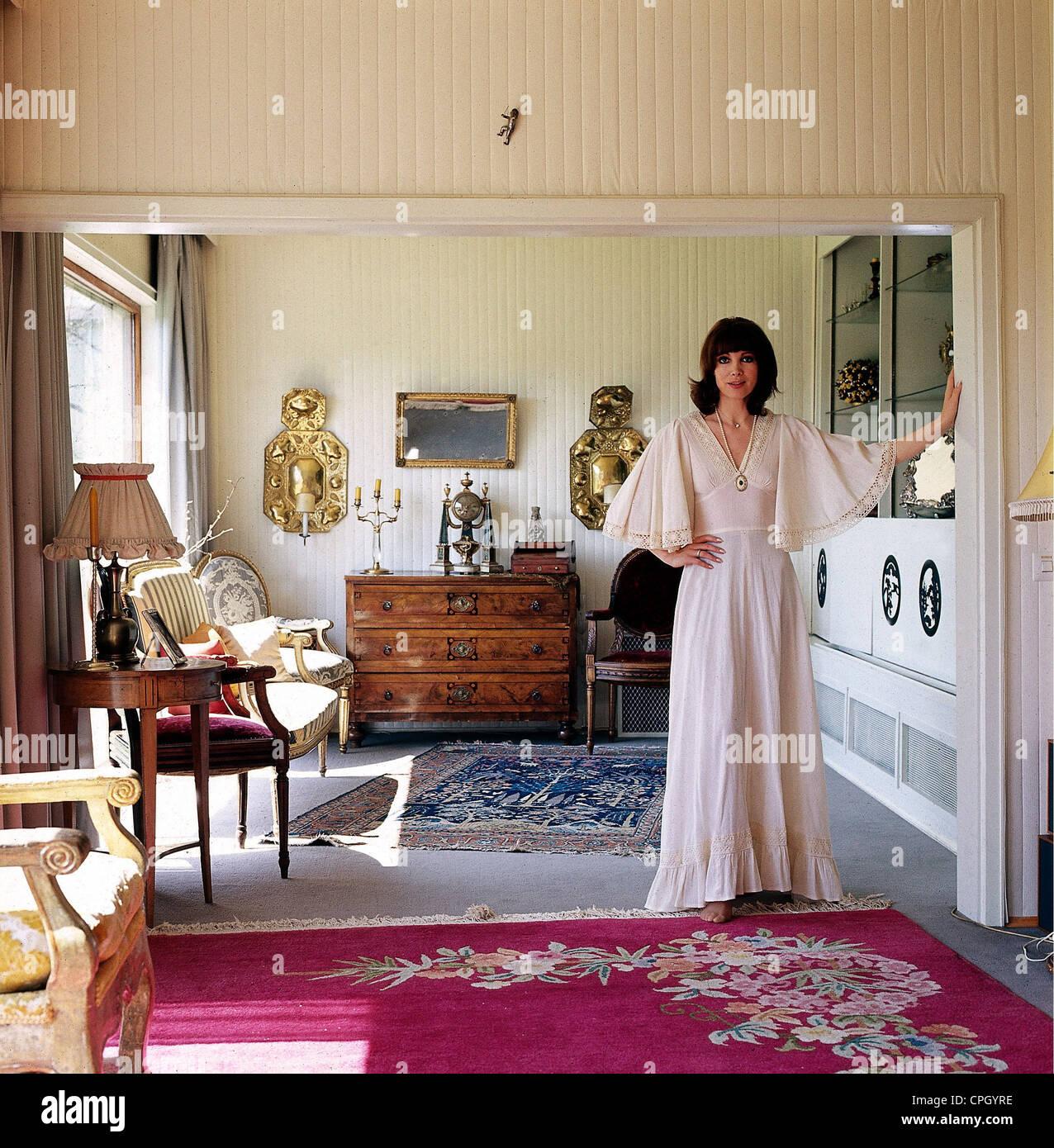 Schuermann, Petra, 15.9.1935 - 13.1.2010, German actress, TV presenter, full length, at home, 1970s, Additional - Stock Image