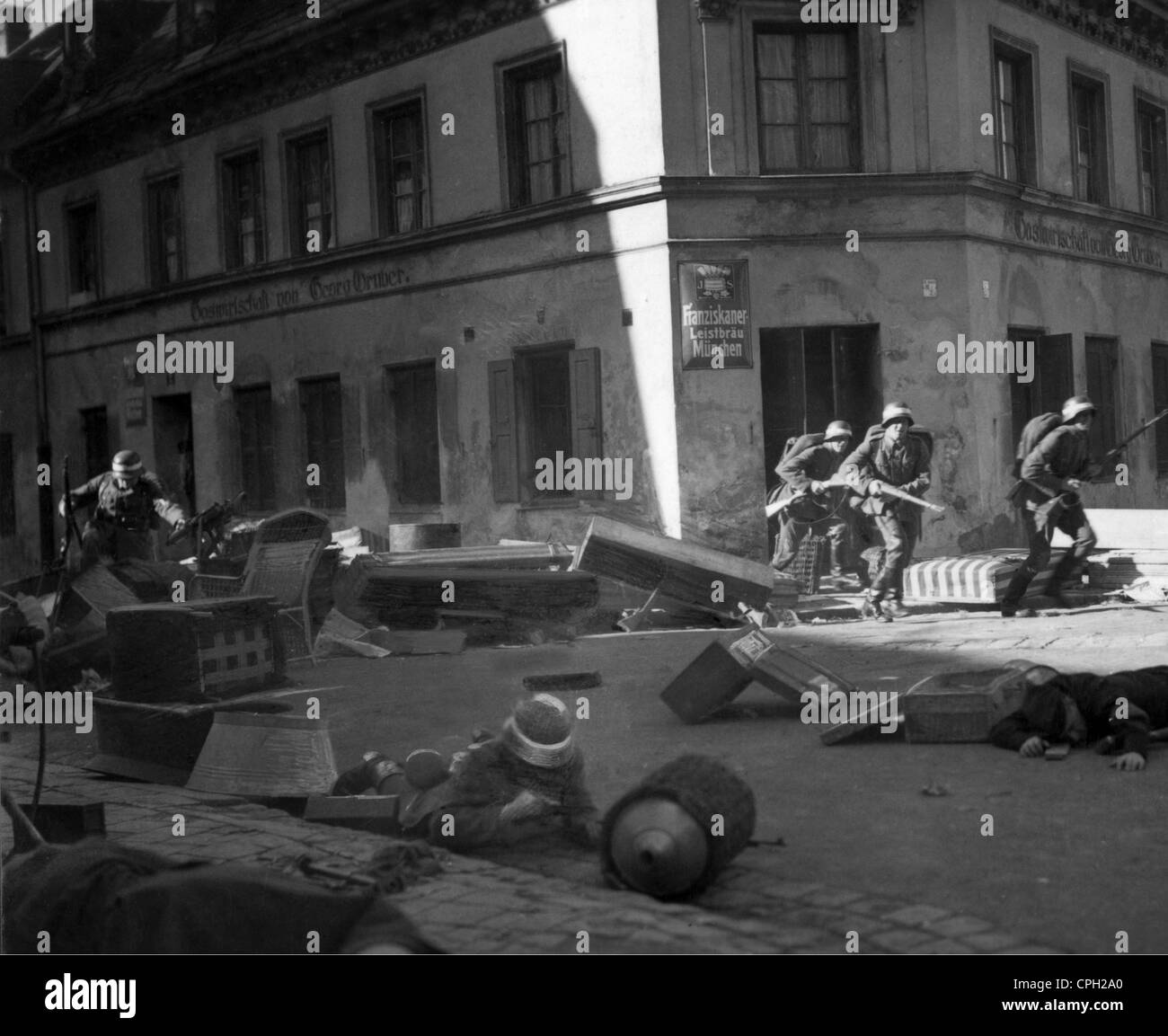 events, German Revolution 1918 - 1919, goverment troops storming a baricade, 1919, Freikorps, soldiers, Germany, - Stock Image