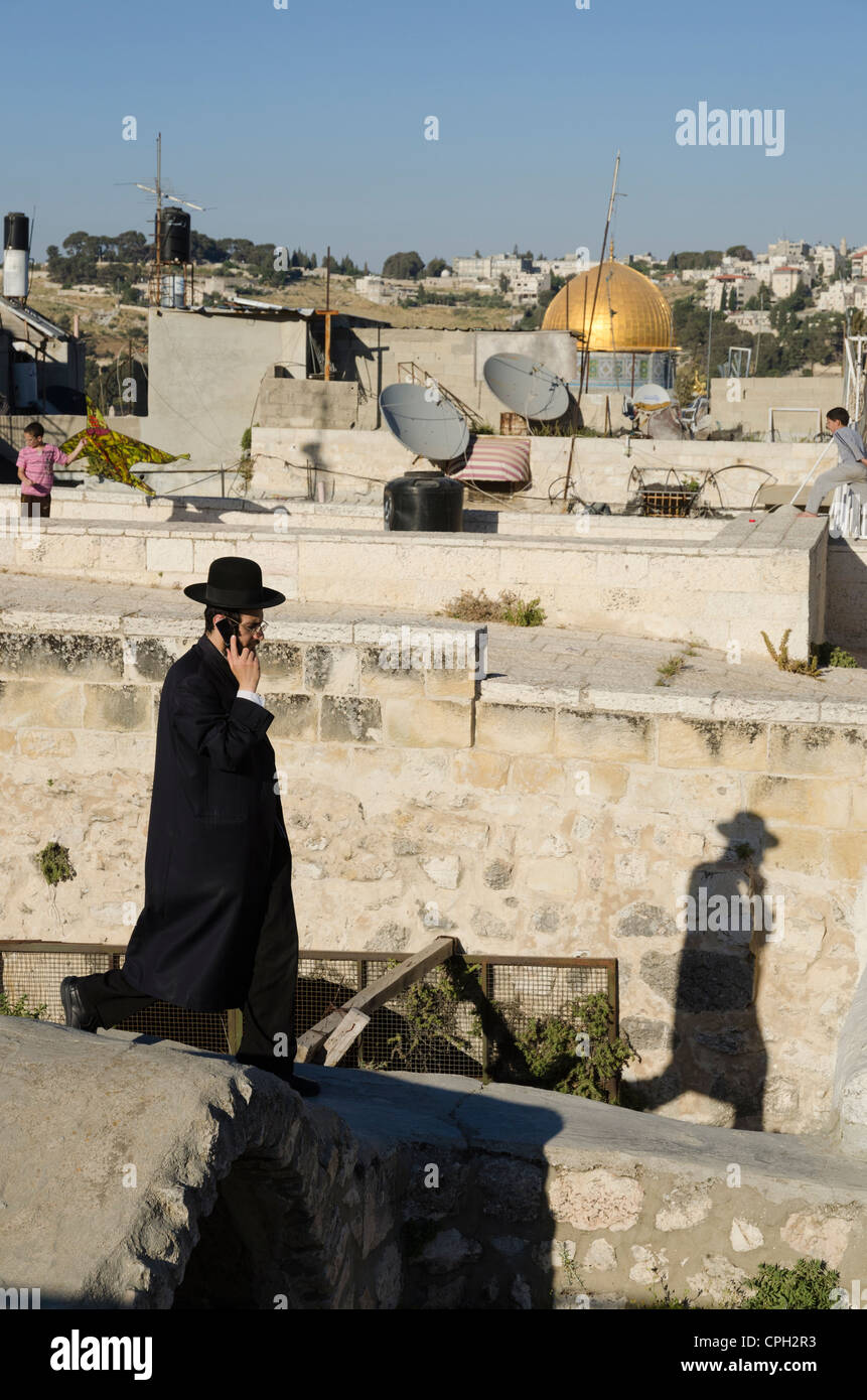 Orthodox Jew with Dome of the Rock in background on May 10, 2012 in Jerusalem Old City, Israel. - Stock Image