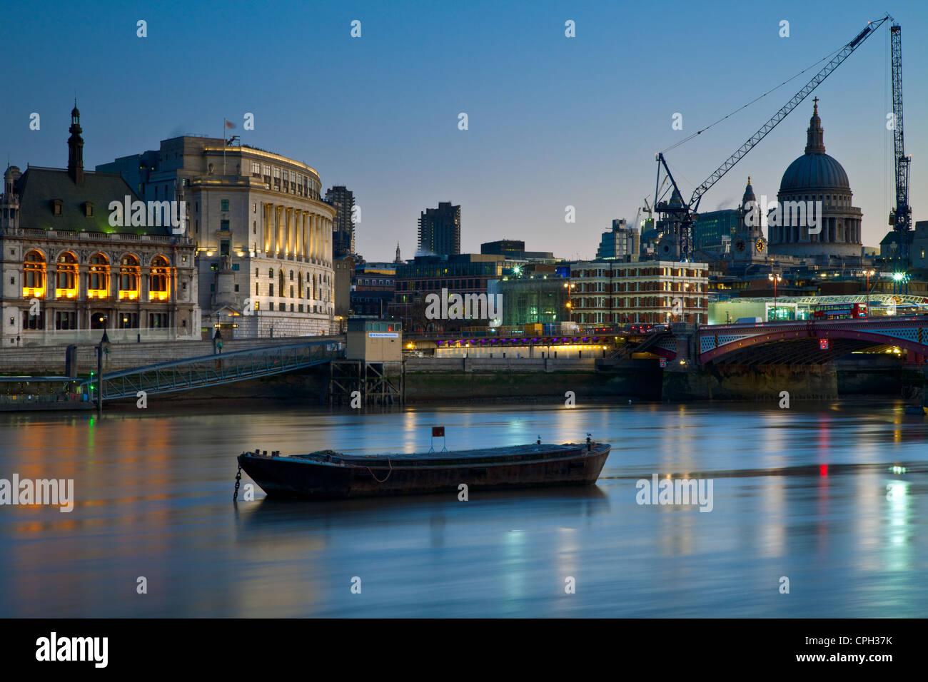 Dawn on the Thames at Blackfriars Bridge, London. - Stock Image