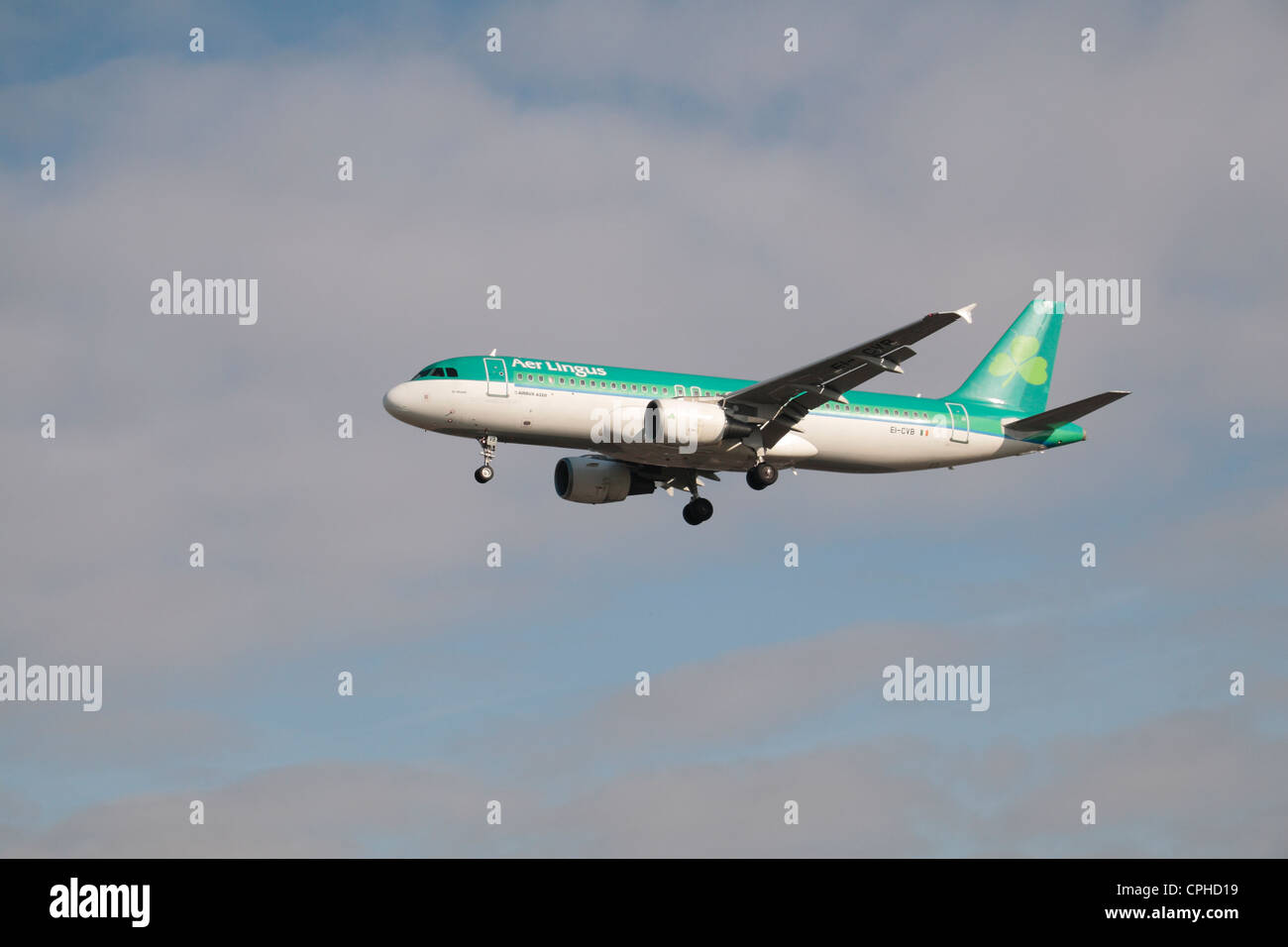 An Aer Lingus Airbus A320-214 about to land at Heathrow Airport, London, UK. - Stock Image