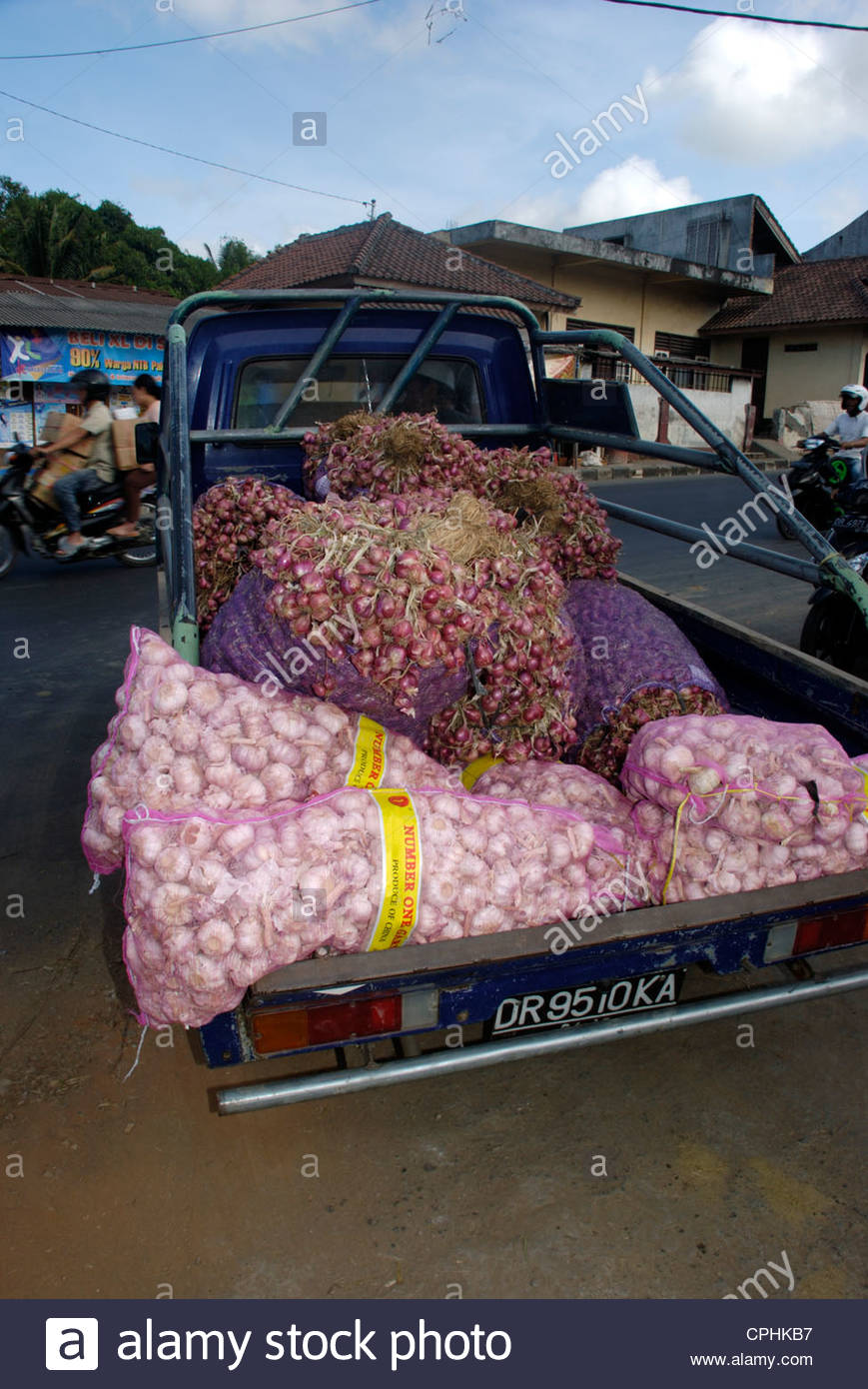 Imported Chinese garlic in sacks and locally grown shallots in back of pickup truck Masbagik Lombok Timur NTB Indonesia - Stock Image
