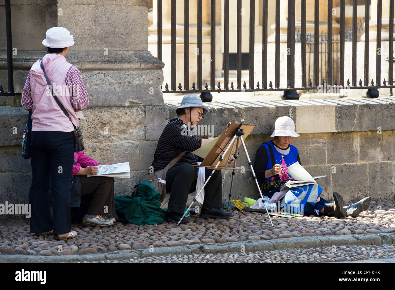 Japanese tourists / artists painting and drawing the Hertford Bridge / bridge of sighs. Oxford, England - Stock Image