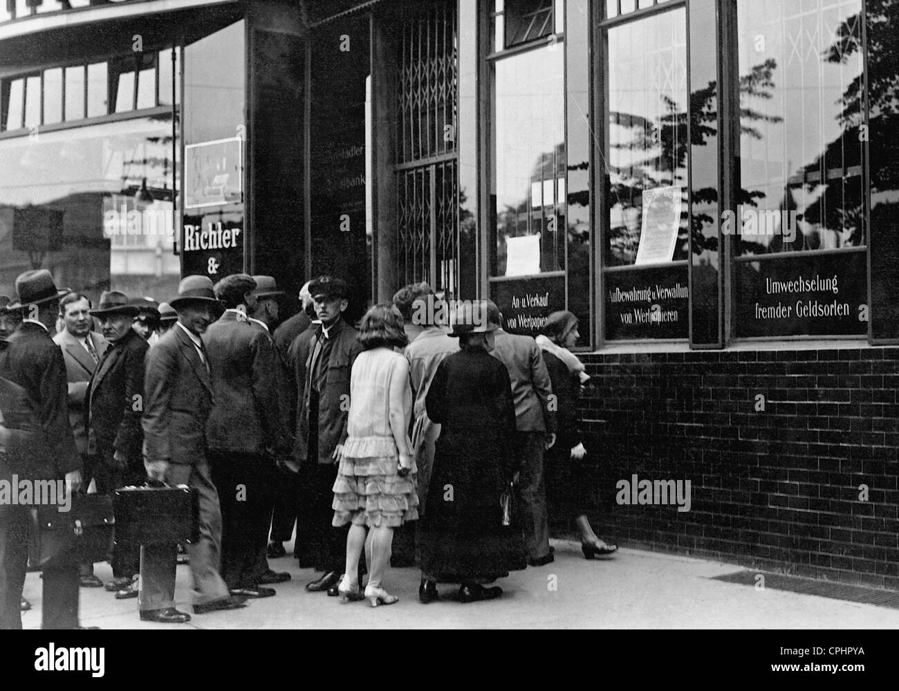 Anxious customers wait before a savings bank in Berlin following the collapse of the Danat Bank on the 13 July 1931 - Stock Image
