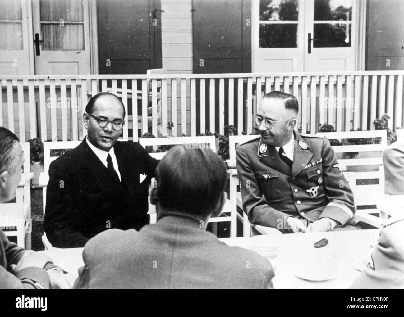 Heinrich Himmler in discussion with Subhas Chandra Bose at German Headquarters, 1942 (b/w photo) - Stock Image