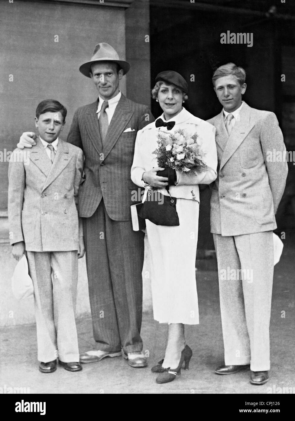 Vicki Baum with her family, 1933 - Stock Image