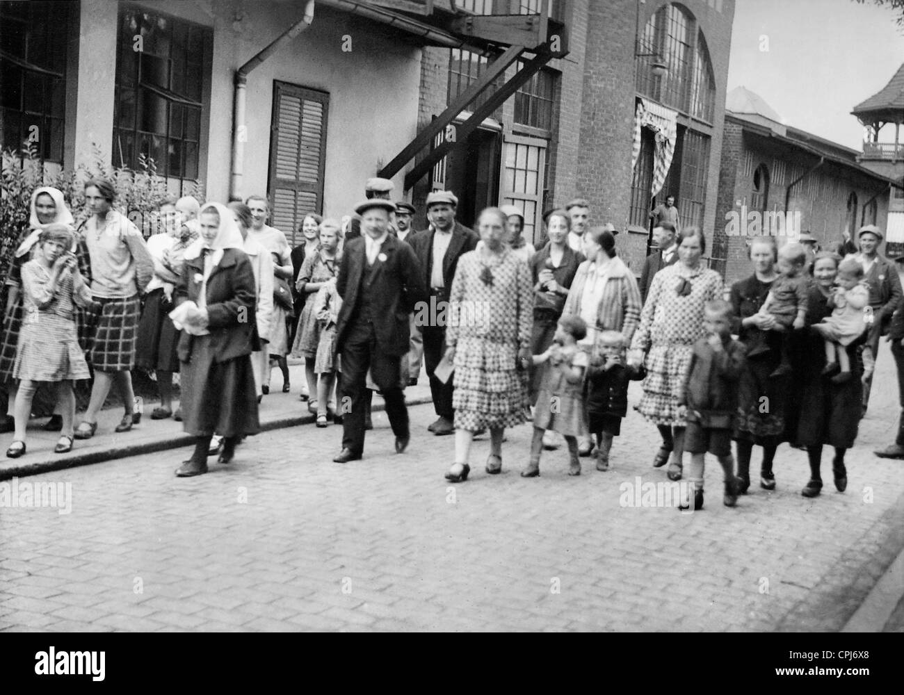 Emigrant families in the Port of Hamburg, 1930 - Stock Image