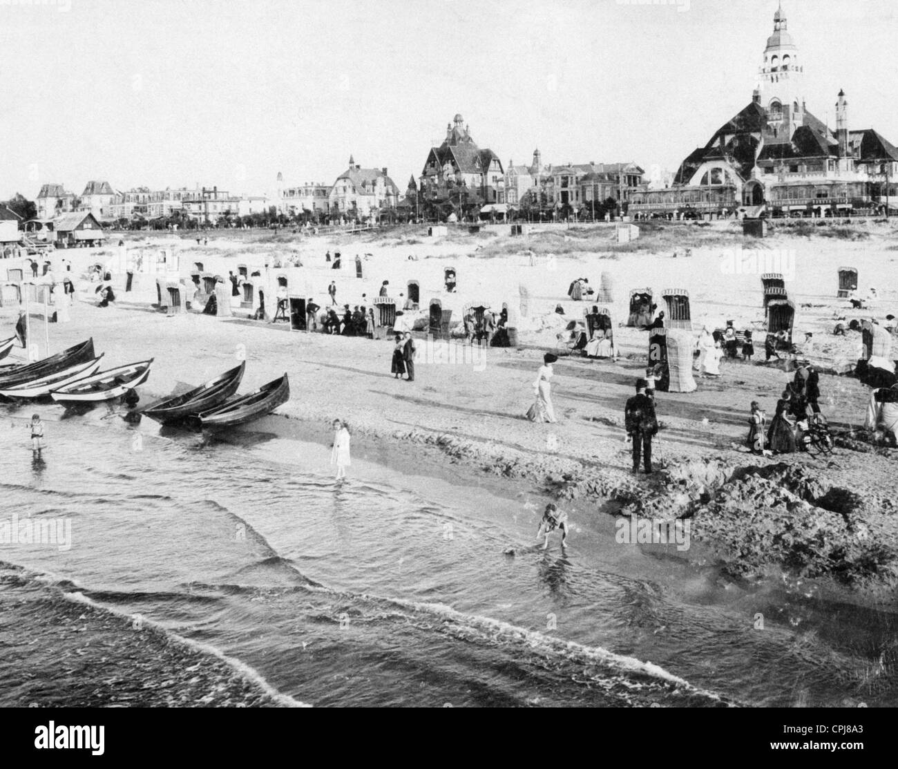 Beach life in the Baltic sea spa of Swinemuende, 1913 - Stock Image