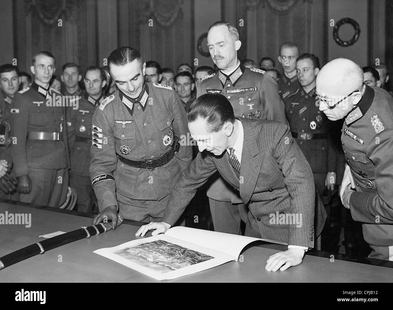 Joseph Goebbels and Paul von Hase with German soldiers, 1942 - Stock Image