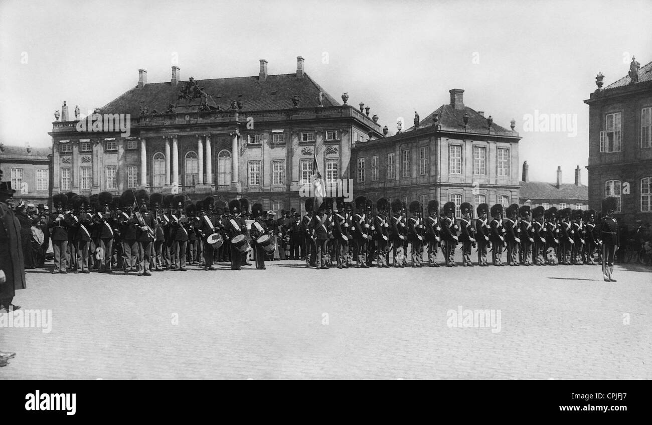 Parade in front of the Amalienborg Palace in Copenhagen, 1915 - Stock Image