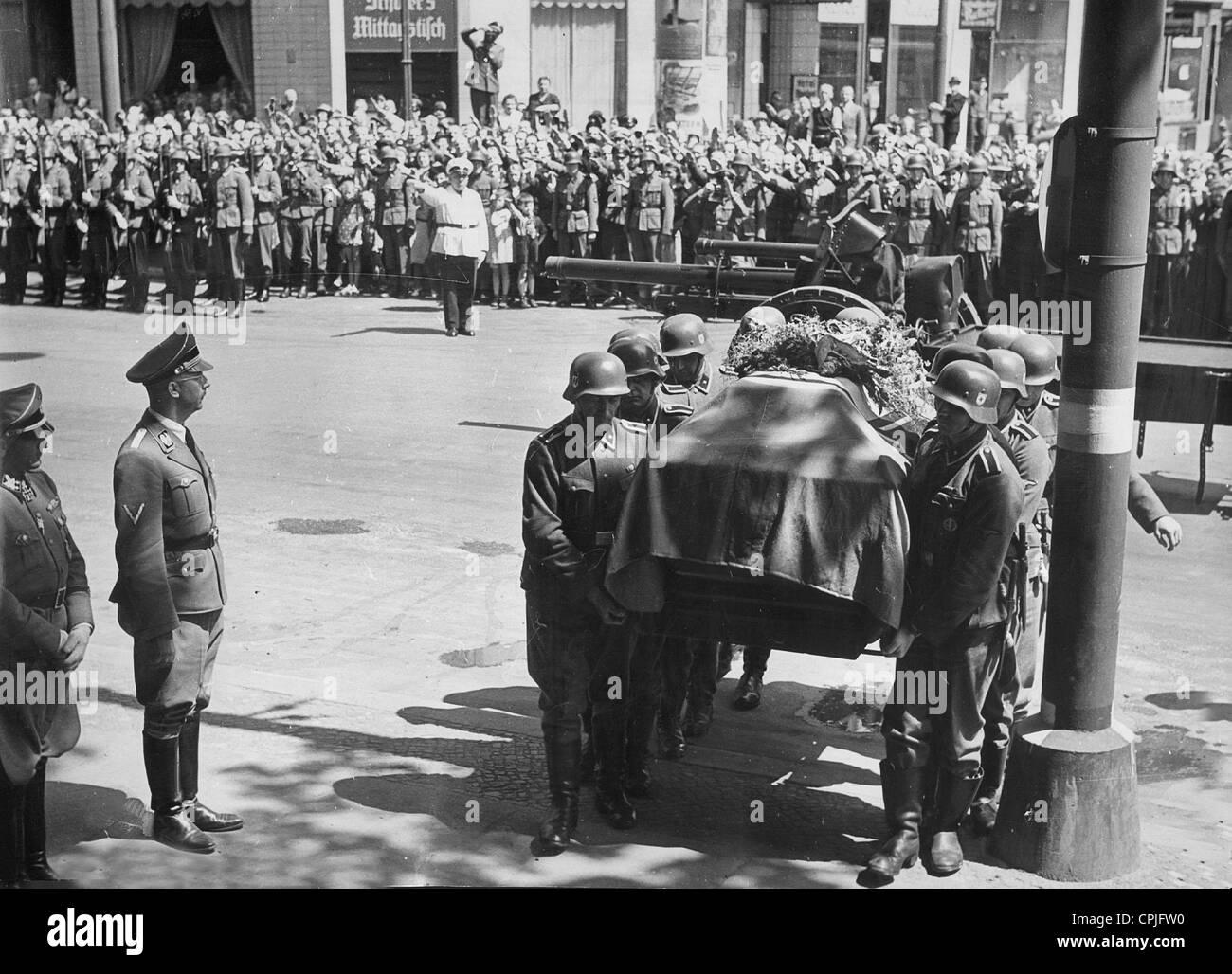 Heinrich Himmler and Sepp Dietrich at the coffin of Reinhard Heydrich in Berlin, 1942 - Stock Image