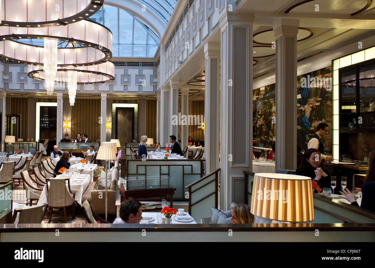 London, the afternoon tea hall of the Lanesborough hotel in Hide Park corner - Stock Image