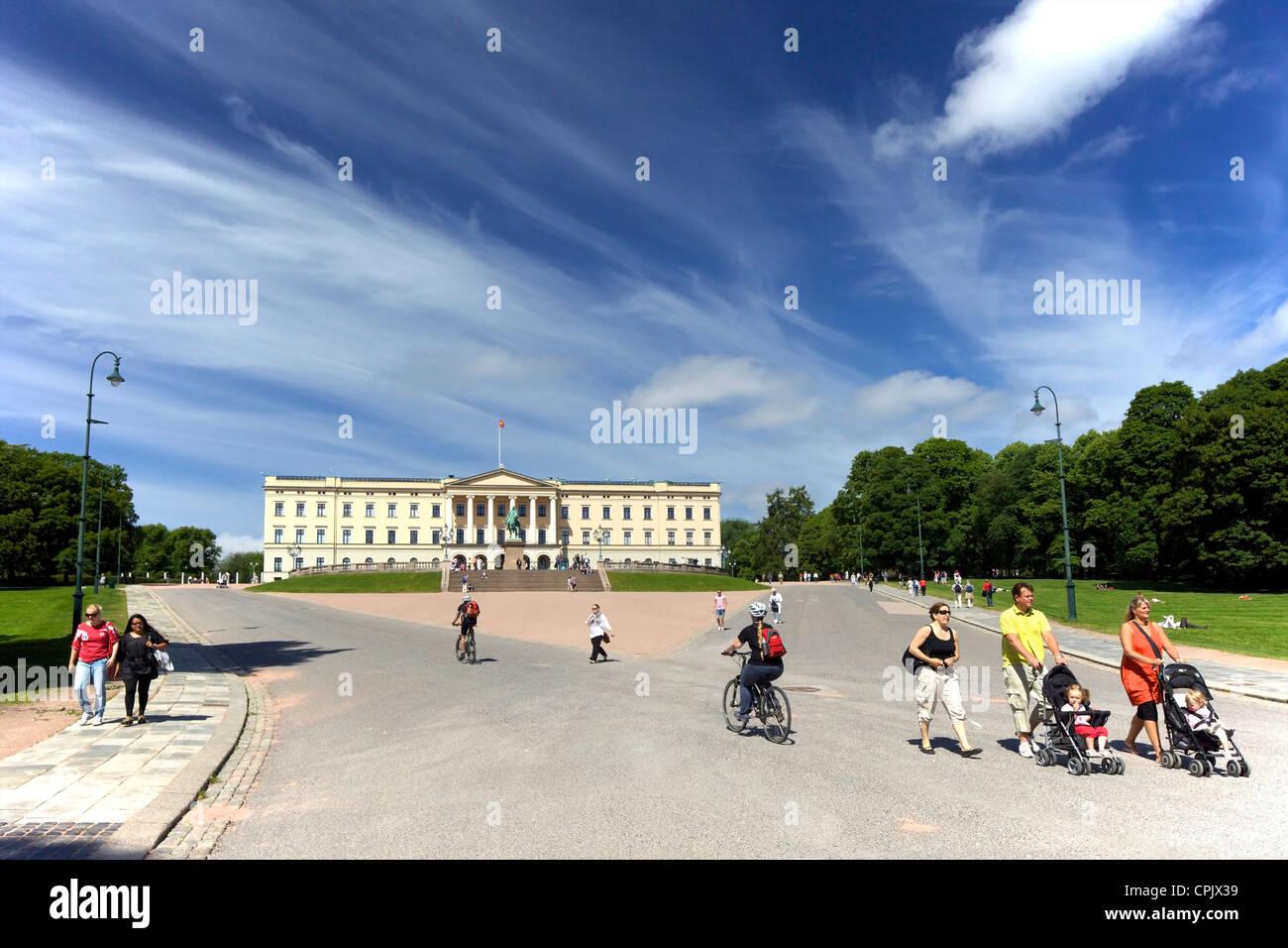Slottet Royal Palace exterior, from Karl Johans Gate, Oslo, Norway, Scandinavia, Europe - Stock Image
