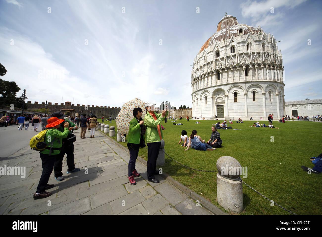 AISIAN TOURISTS & BAPTISTERY PISA TUSCANY ITALY 08 May 2012 - Stock Image