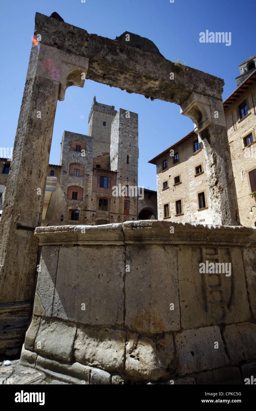 WELL & TOWERS SAN GIMIGNANO TUSCANY ITALY 10 May 2012 - Stock Image