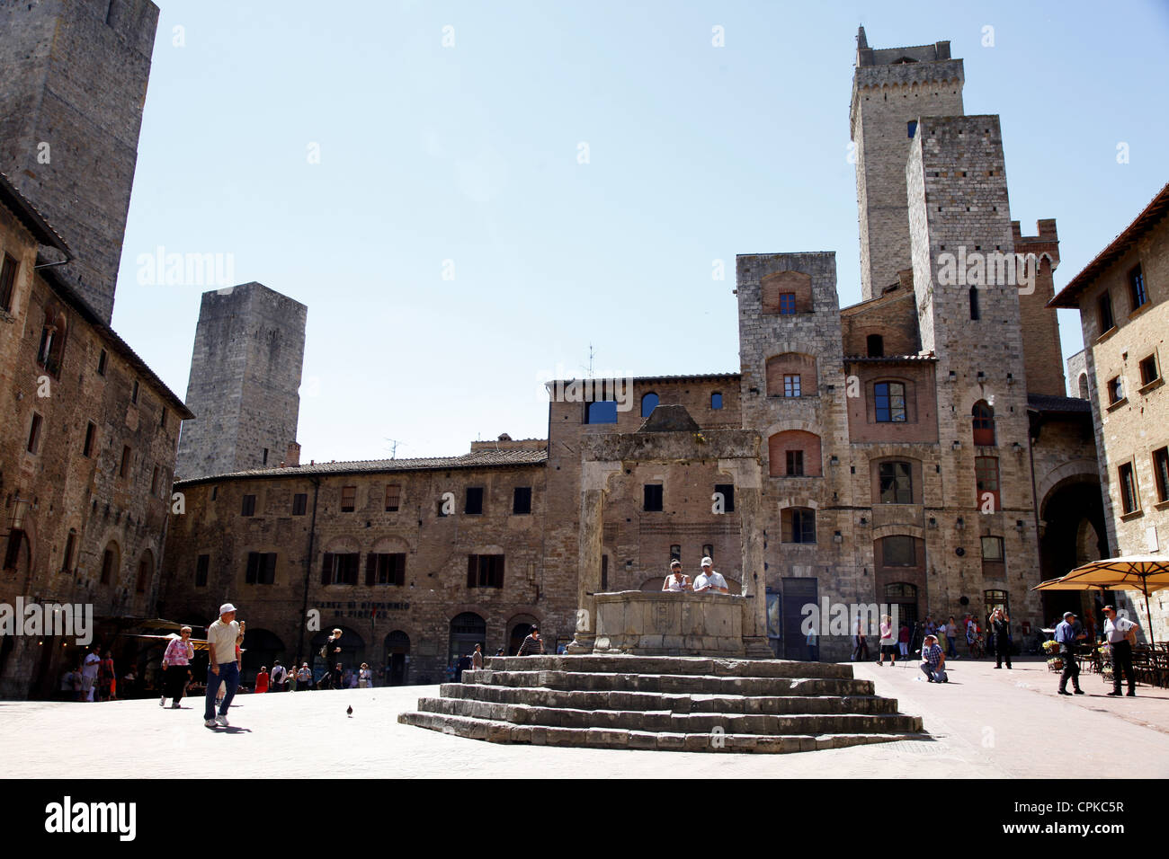 WELL TOWN SQUARE & TOWERS SAN GIMIGNANO TUSCANY ITALY 10 May 2012 - Stock Image