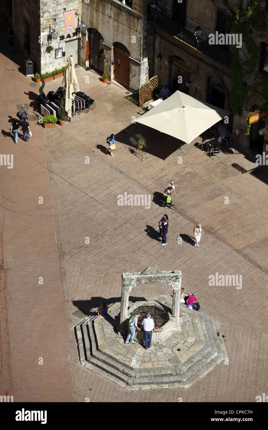 TOWN SQUARE & WELL SAN GIMIGNANO TUSCANY ITALY 10 May 2012 - Stock Image