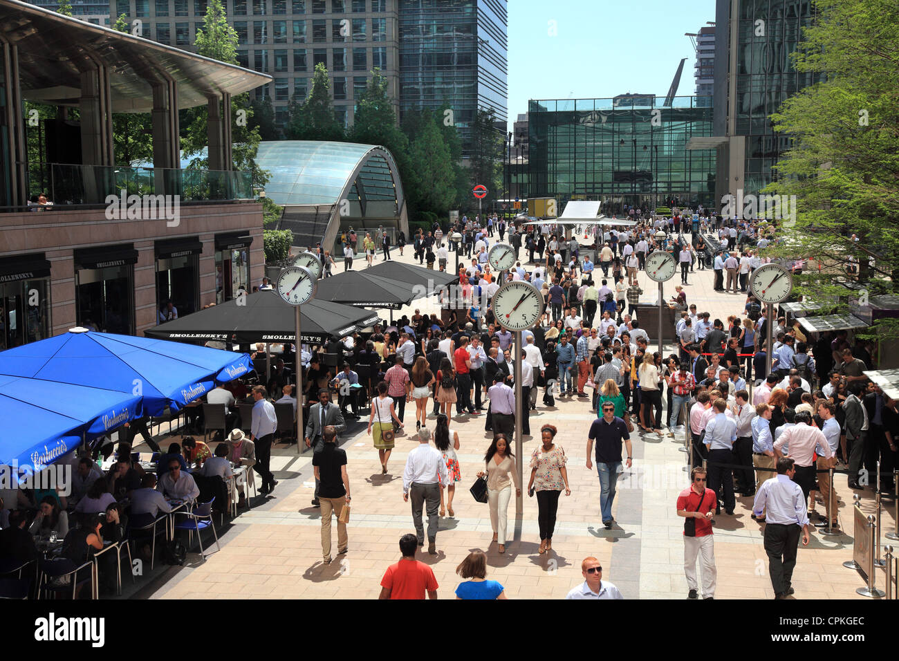 Lunch at Canary Wharf in the summer sunshine. - Stock Image
