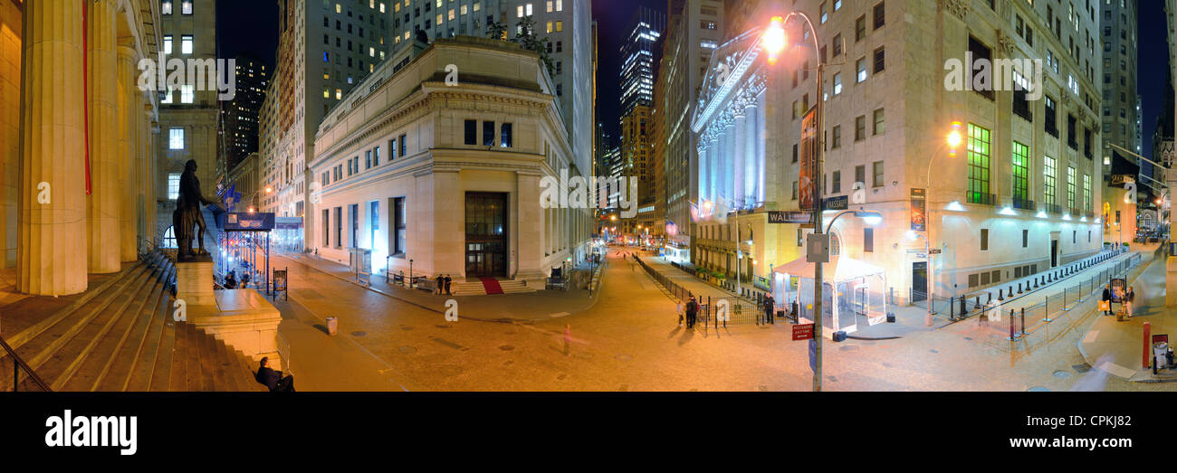 Wall Street in New York City at night. - Stock Image