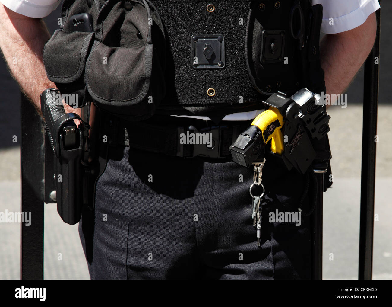 An armed Metropolitan police officer at Downing Street, Westminster, London, England, U.K. Stock Photo