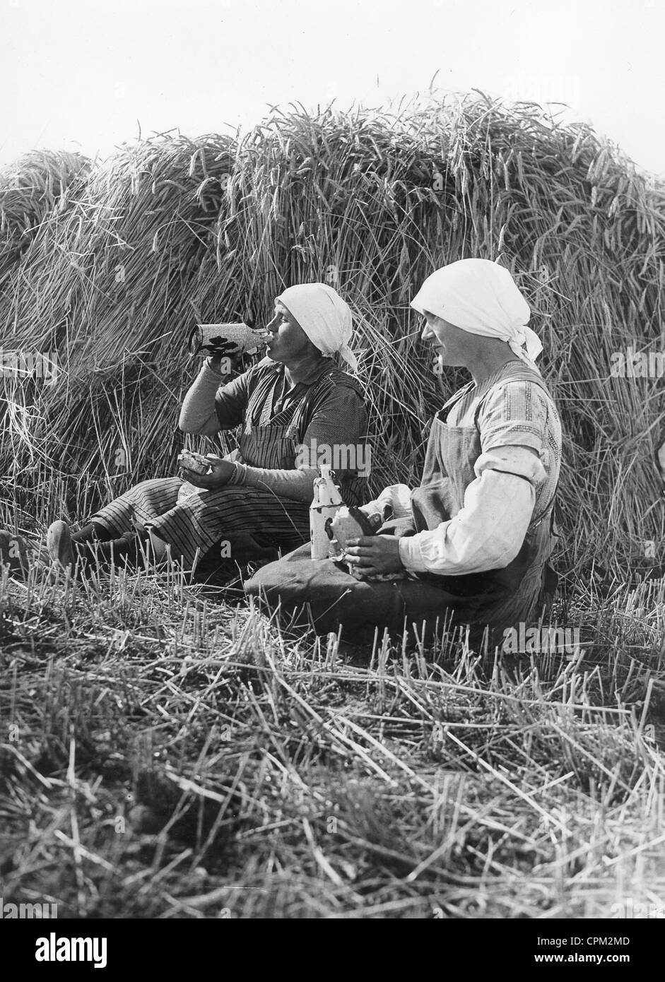 Peasant women take a break during the harvest, 1934 - Stock Image