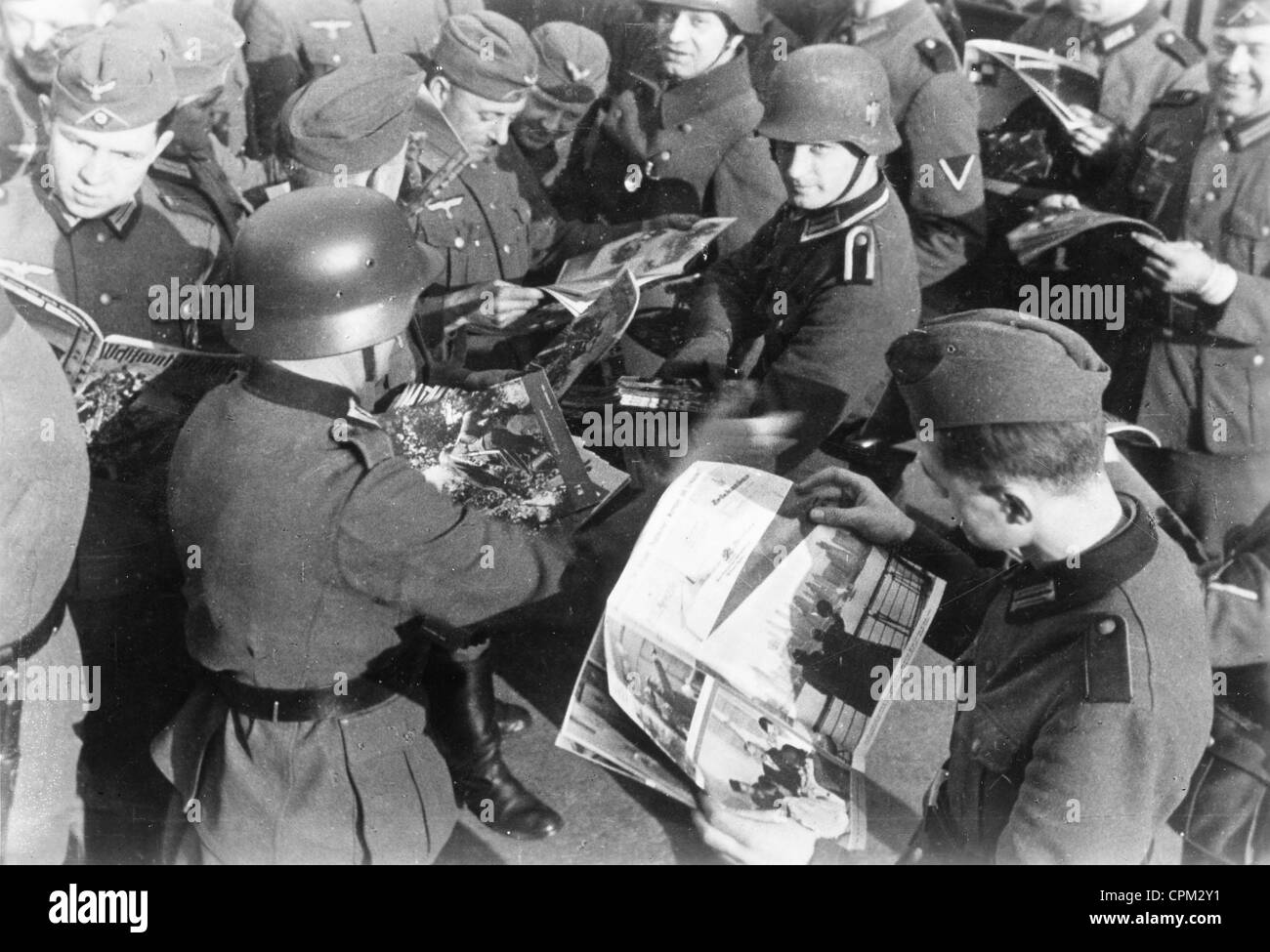 Soldiers Read the 'Westfront-Illustrierte' in Occupied France, 1940 - Stock Image