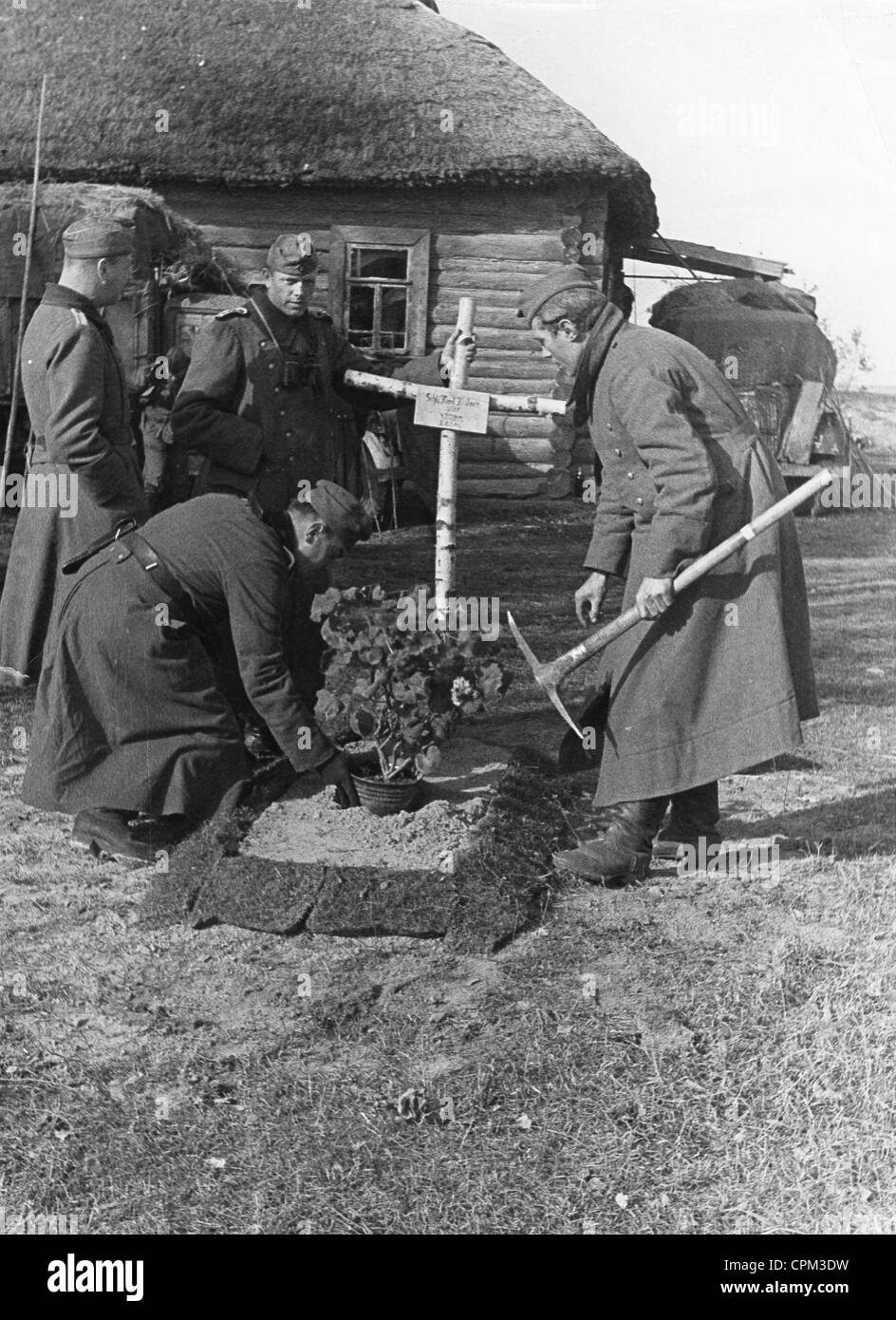 German soldiers bury a comrade, 1941 - Stock Image