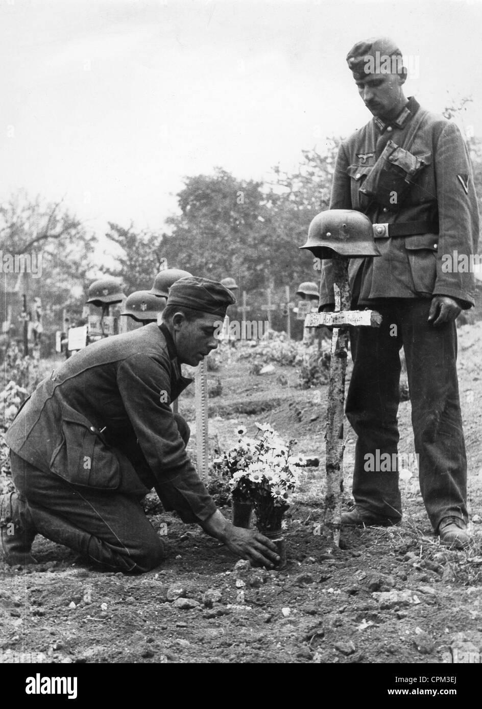 German soldiers bury a comrade, 1940 - Stock Image
