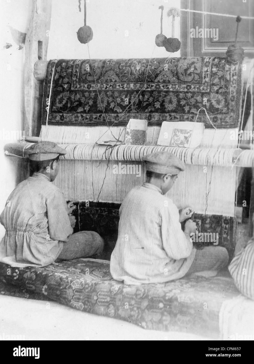 Rug weaving in Iran, 1928 - Stock Image