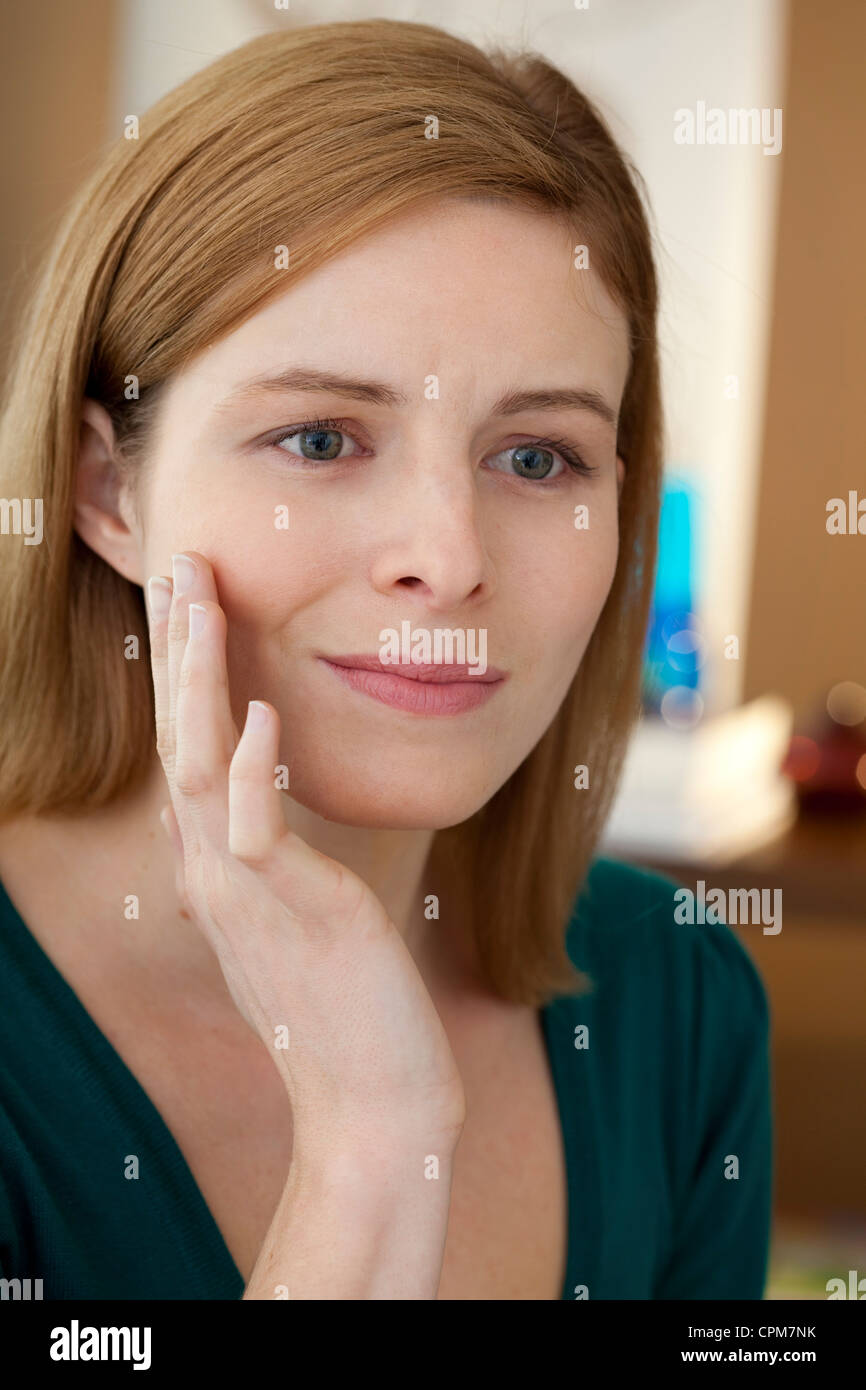 PAINFUL TOOTH IN A WOMAN - Stock Image