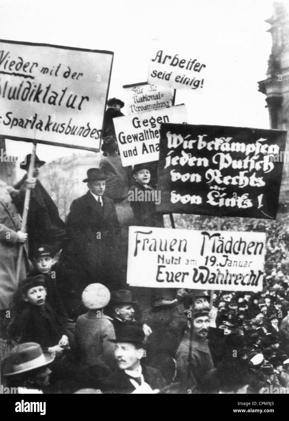 SPD demonstrators protest against extremist parties before the Reichstag shortly before the first National Assembly - Stock Image