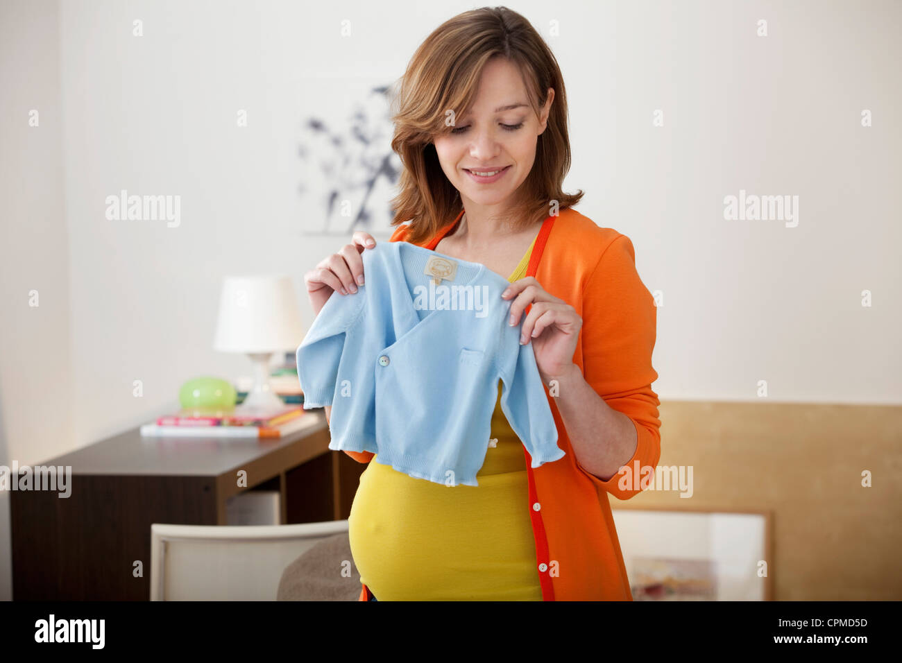 PREGNANT WOMAN INDOORS - Stock Image