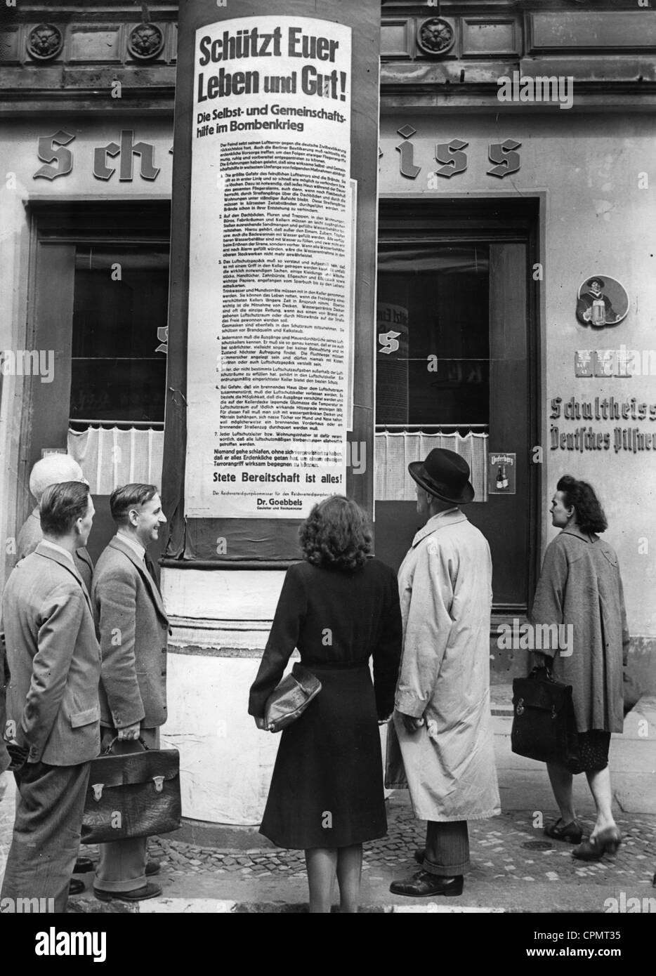 The population reads placards on the air raid in Berlin, 1943 - Stock Image