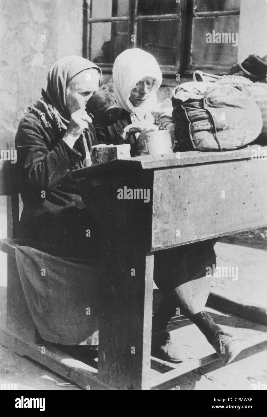 Life in demolished Stalingrad, 1942 - Stock Image
