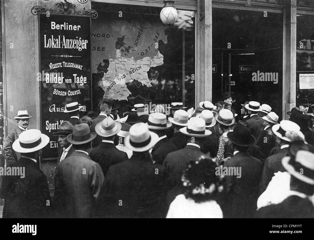 Berliners during the outbreak of war in front of the office of the Berlin Lokalanzeiger, 1914 - Stock Image