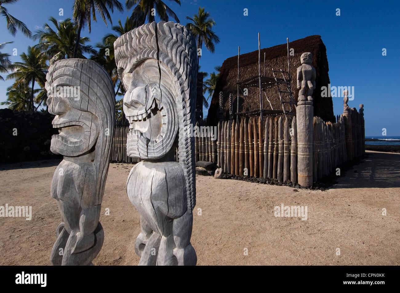Elk284-3081 Hawaii, HI, Pu'uhonua O Honaunau NHP, Place of Refuge, kii figures - Stock Image