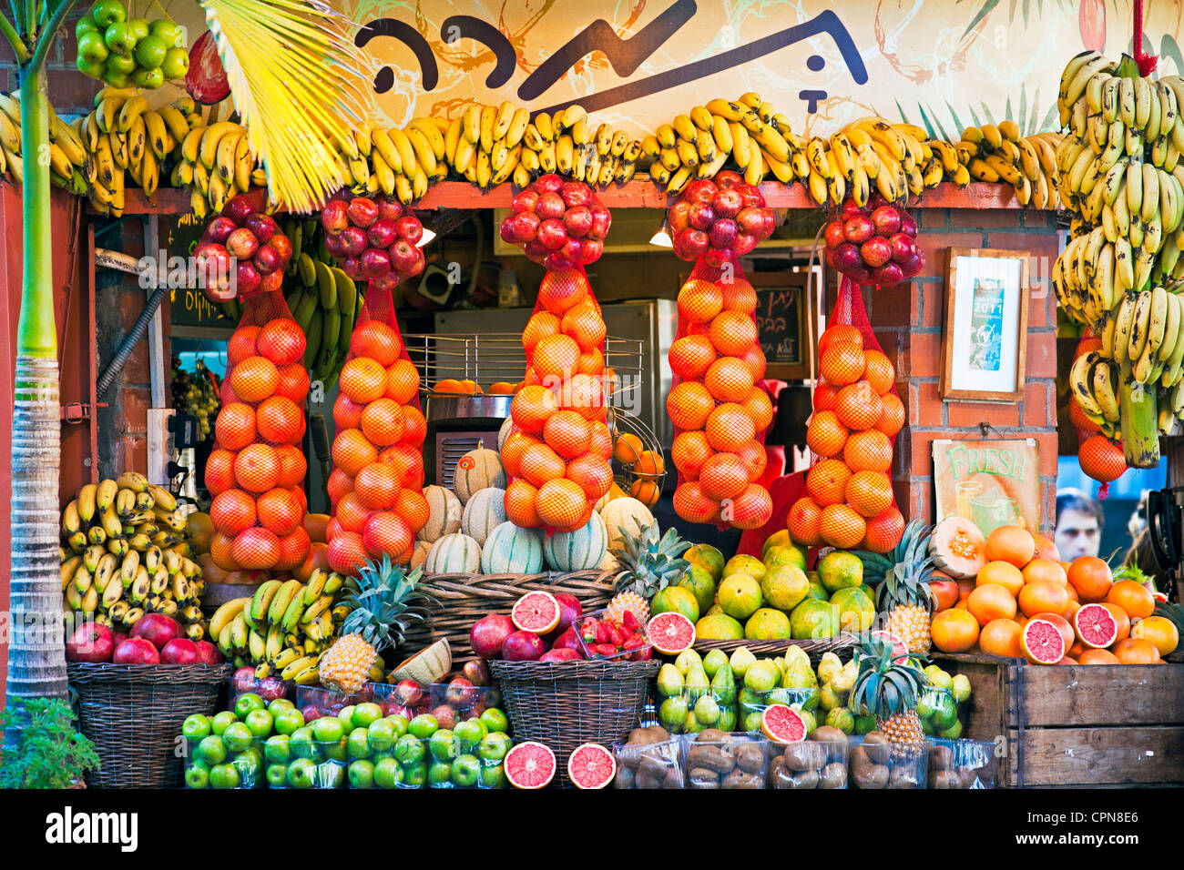 Middle East, Israel, Tel Aviv, Fresh juice stall in Dizengoff street the centre of town - Stock Image