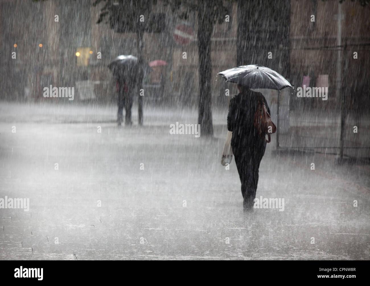 Heavy rain fall on Manchester Albert Square - Stock Image