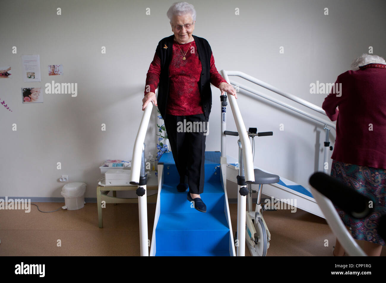 ELDERLY P. IN PHYSICAL THERAPY - Stock Image