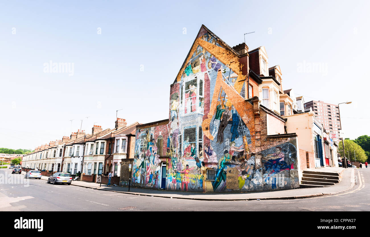 View The Floyd Road Mural, a large painting by Greenwich Mural Workshop (1976) on the gable wall of a house in Charlton, - Stock Image