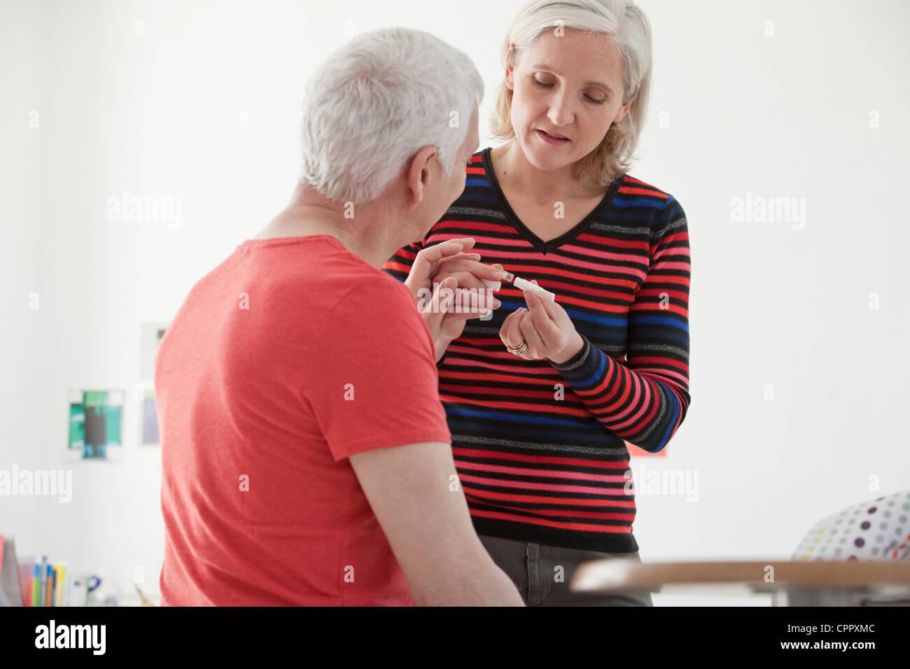 SMOKING TREATMENT ELDERLY PERSON - Stock Image
