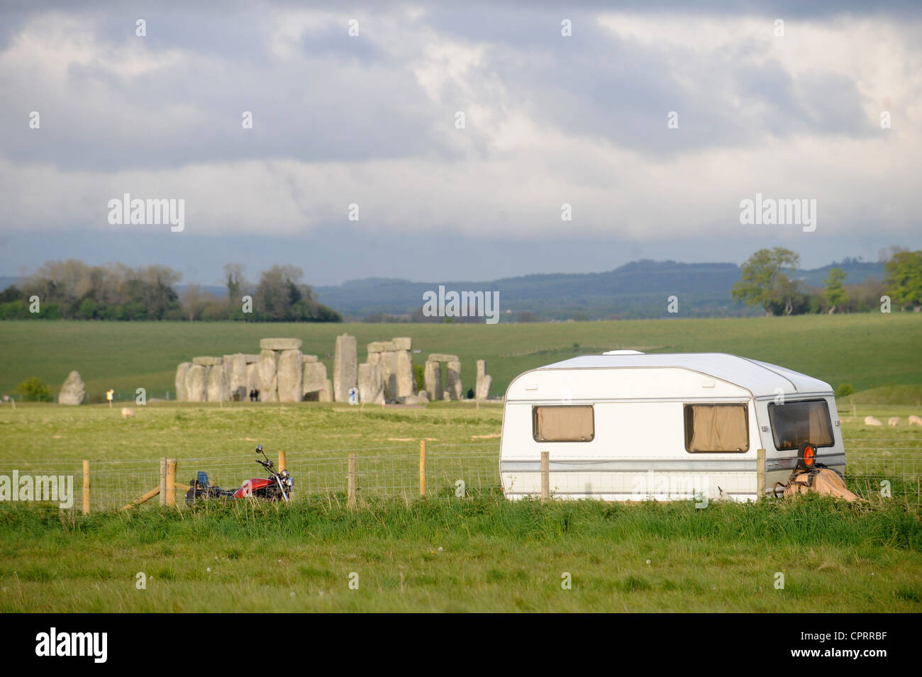 View of Stonehenge with a caravan belonging to Druids supportive of Arthur Pendragons vigil at the ancient Wiltshire - Stock Image