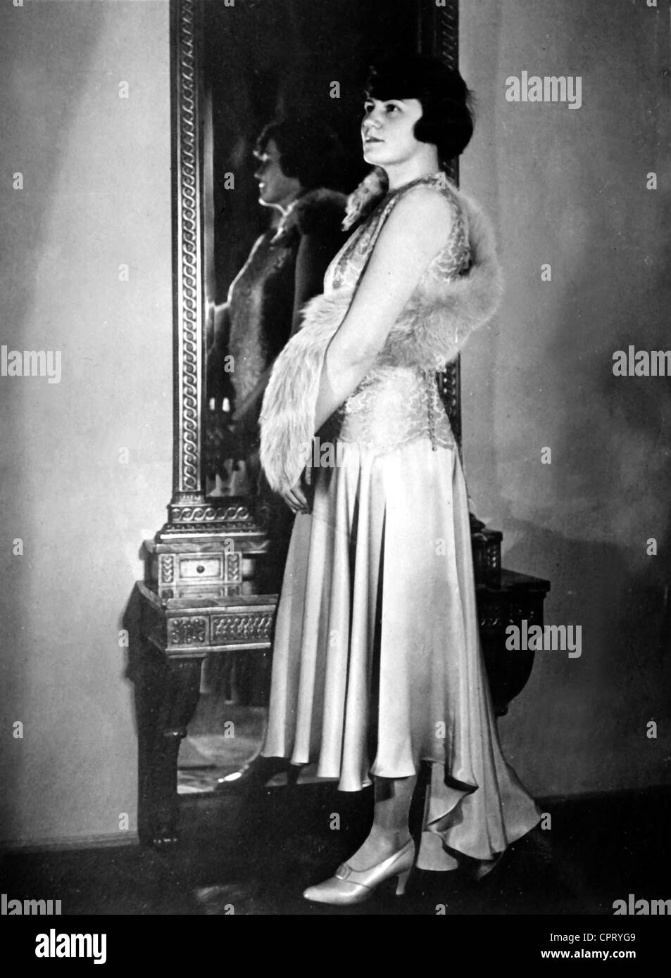 Raubal, Angela 'Geli', 4.6.1908 - 19.9.1931, niece by Adolf Hitler, full length, in front of the mirror, - Stock Image