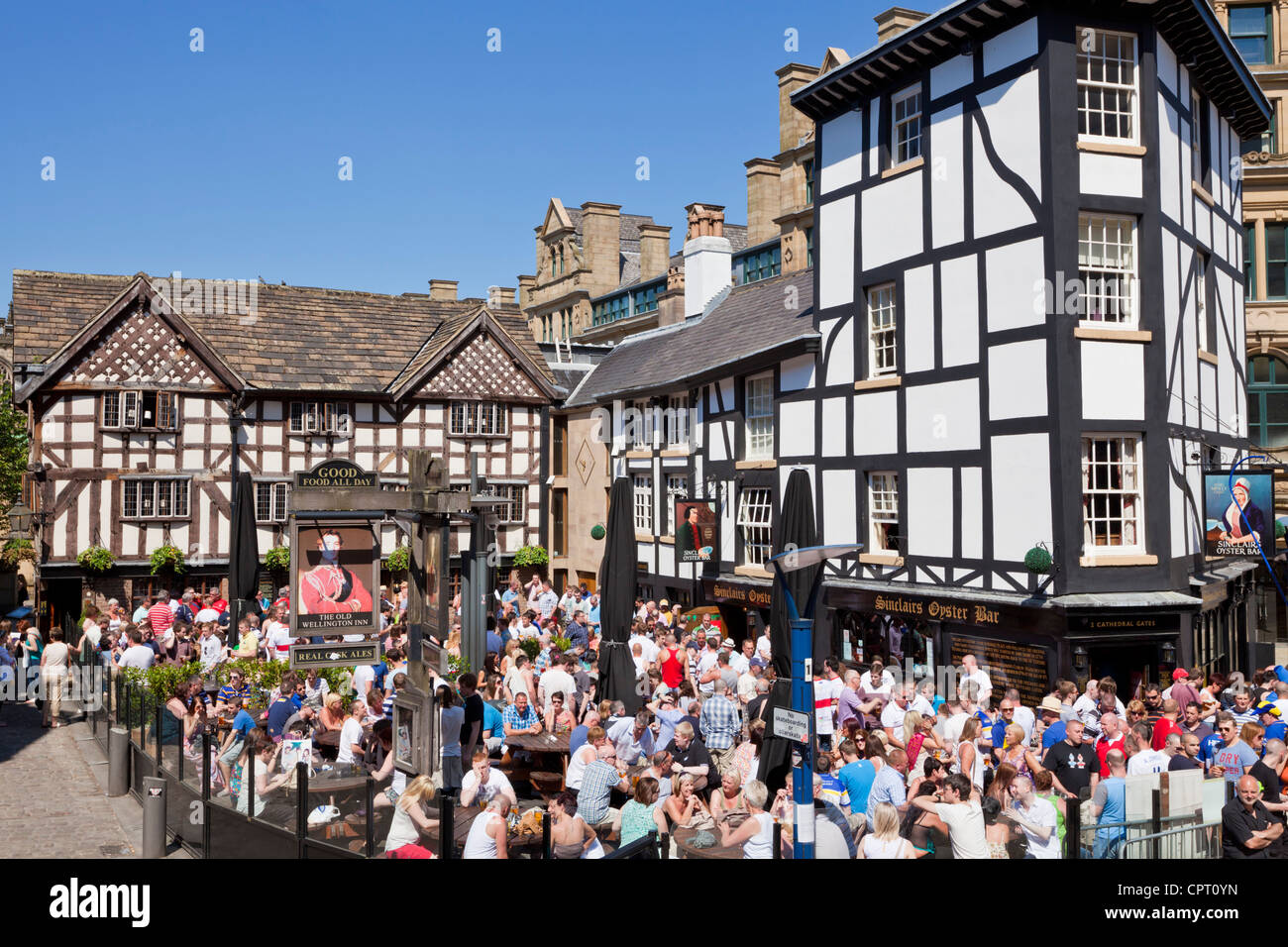 Crowded Sinclair's Oyster Bar and The Old Wellington public house Cathedral Gates Manchester City Centre England - Stock Image