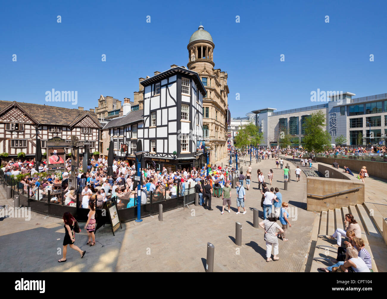 Crowded Sinclair's Oyster Bar and The Old Wellington public house Cathedral Gates Manchester City Centre England Stock Photo