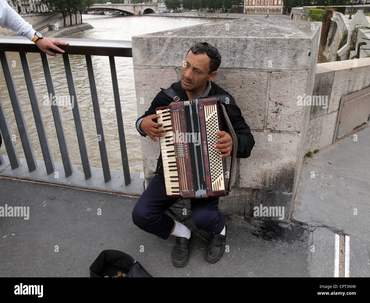 Street musician playing accordion on the Pont Saint-Louis in Paris, France, May 10, 2012, © Katharine Andriotis - Stock Image